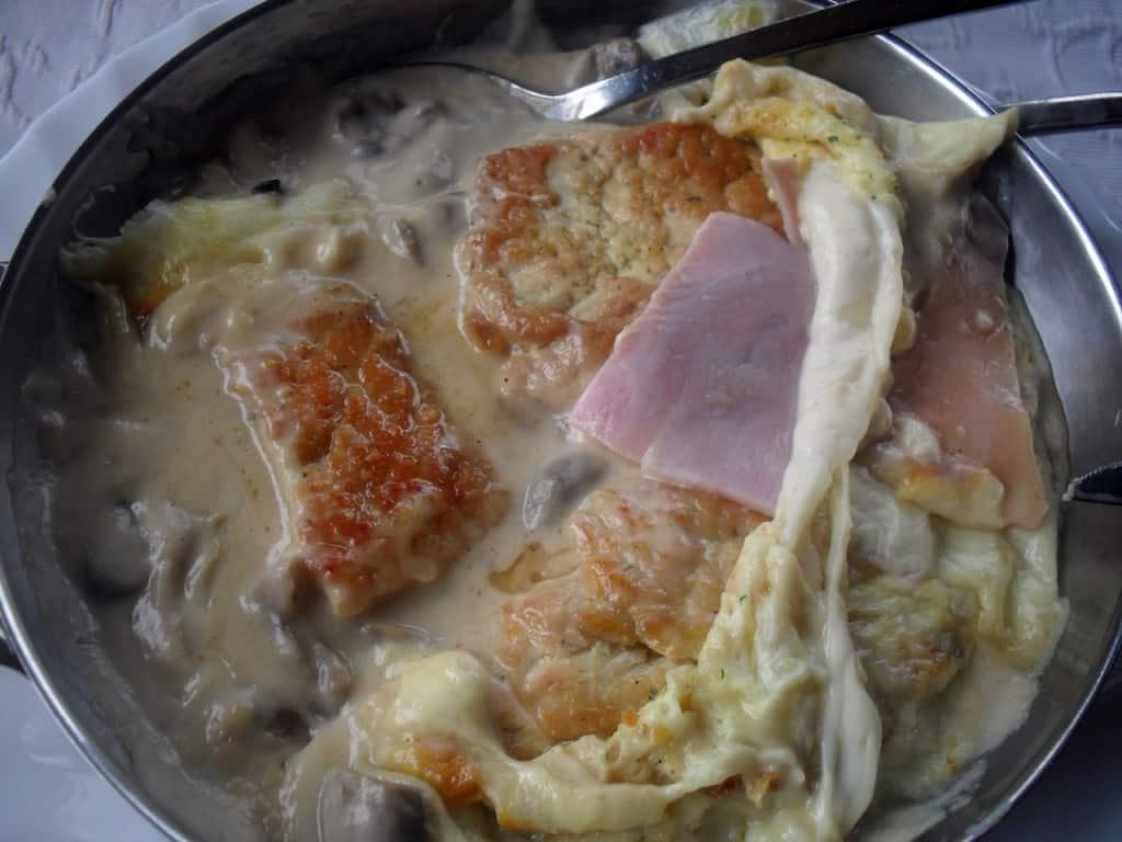 Putenpfanne mit Pilzen und Kochschinken